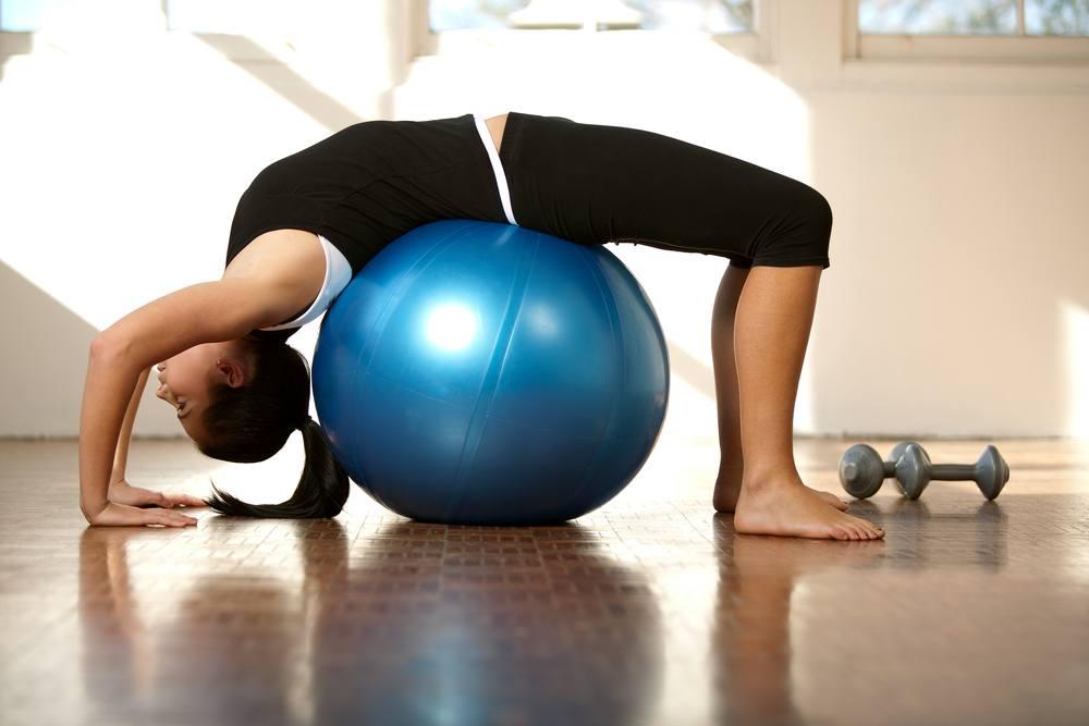 20 effektivste bungen mit dem gymnastikball. Black Bedroom Furniture Sets. Home Design Ideas