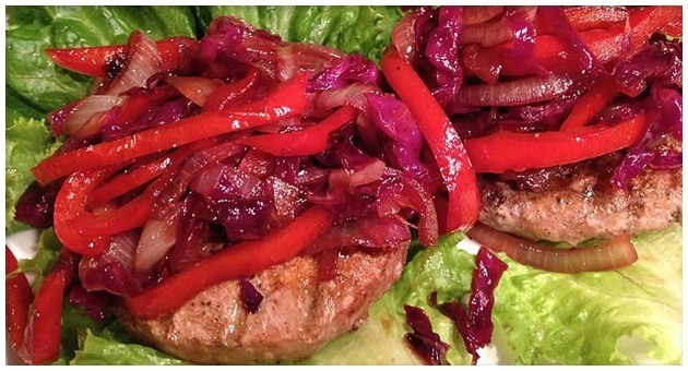 truthahn burger auf salat mit pikantem relish. Black Bedroom Furniture Sets. Home Design Ideas